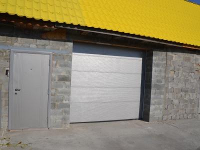 Ворота подъемно секционные с калиткой в Каслях